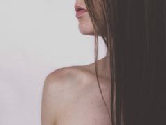 胸へのコンプレックスが、乳がん発見の遅れにつながる?
