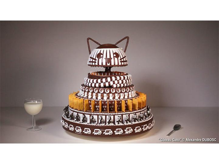 無心で見ちゃう...。猫のチョコケーキがくるくる回る
