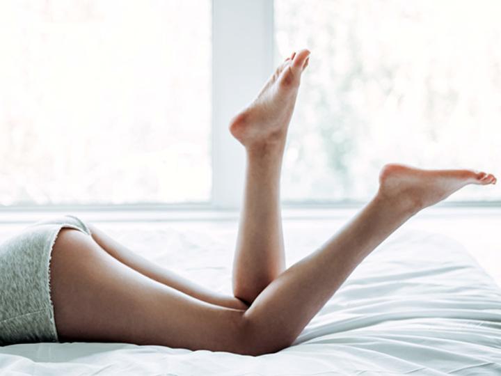 寝転びながらかかとでポンポン。キュッと上向きのお尻になる