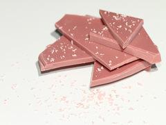 えっ、イチゴ味じゃないの? 天然ピンクのチョコレートがじわじわきてる