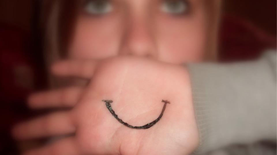 作り笑いや空元気で上辺だけ明るくしても実際には逆効果らしい