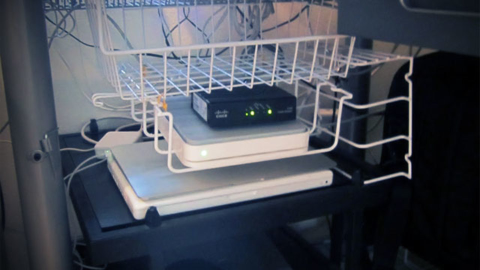 仕事場探訪:DIYで机周りの収納ストレスがすっきり解消