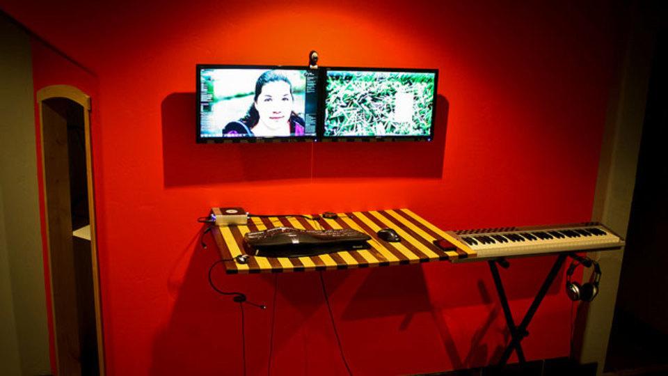 仕事場探訪:ミュージシャンの紅い部屋は隠す収納ですっきり快適