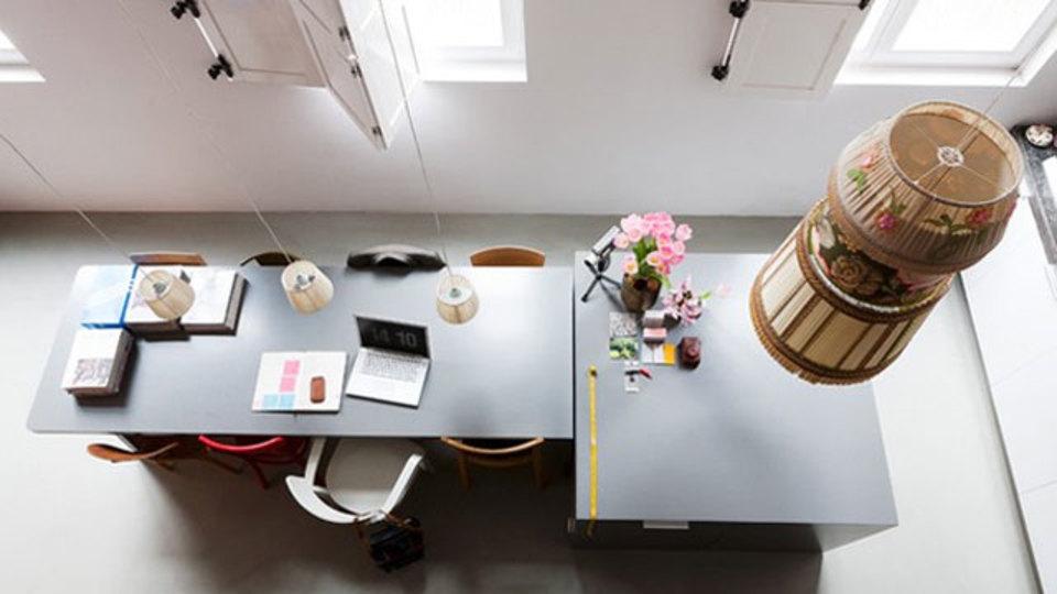 仕事場探訪:吊り下げランプ&オープン環境で生産性を向上