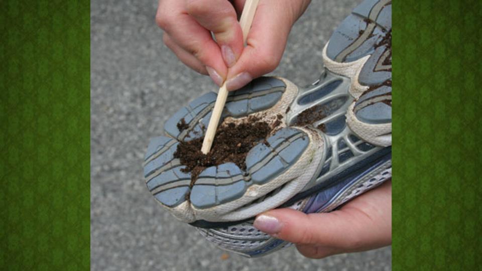 靴底にこびり付いた泥やガムは、割り箸を使ってかき出しましょう!