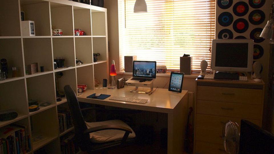 仕事場探訪:机の置き場所は自然光溢れる窓の前