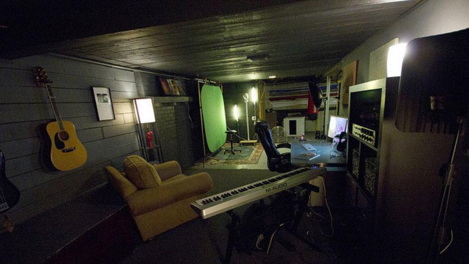 仕事場探訪:写真や音楽が楽しめる、多目的な地下スタジオ