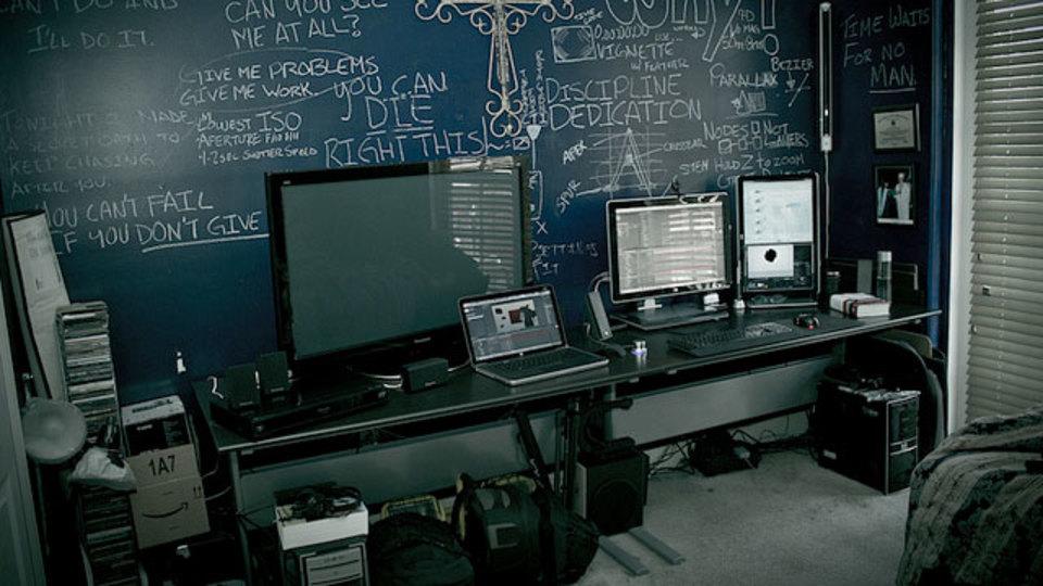 仕事場探訪:黒板風の壁はメモし放題?