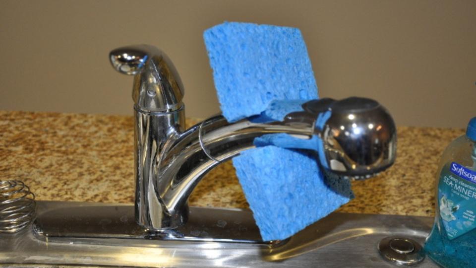 台所用スポンジは水道の蛇口に直接はめると、早く乾き出し入れも簡単