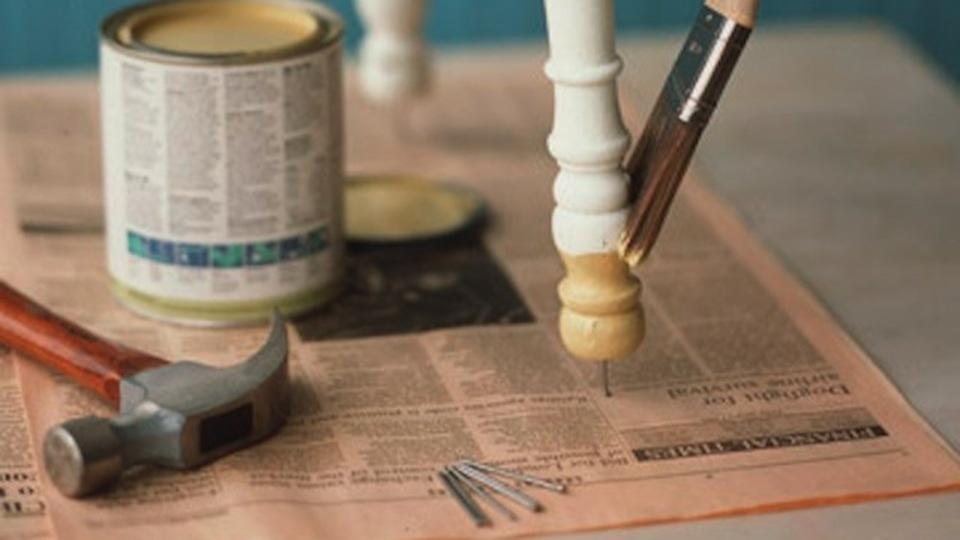 家具を塗装するときは、釘を使って床から浮かせよう