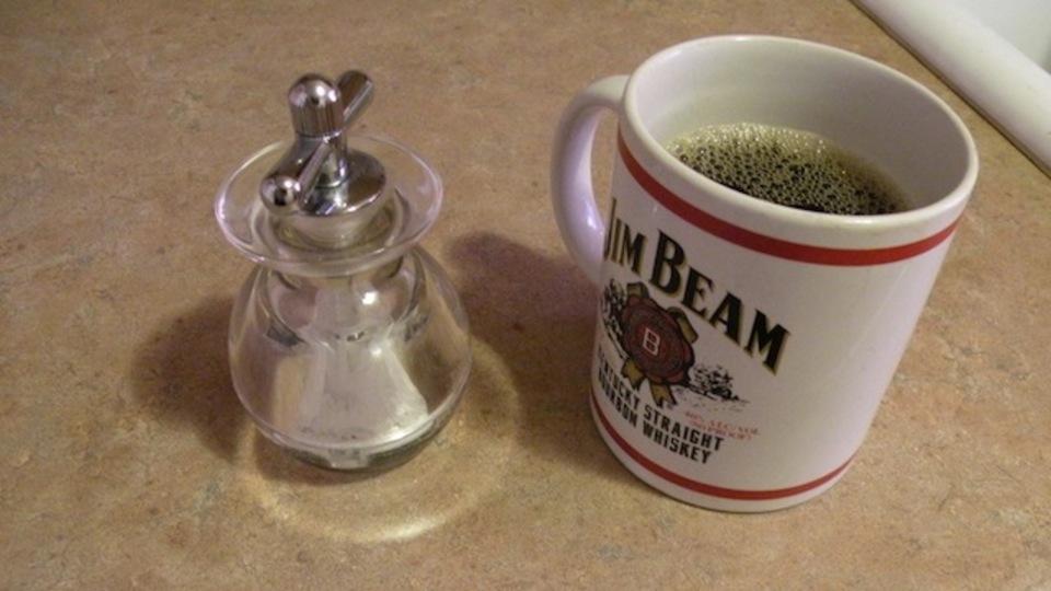 コーヒーに塩をひとつまみ入れるとコーヒーの苦みが抑えられる!?