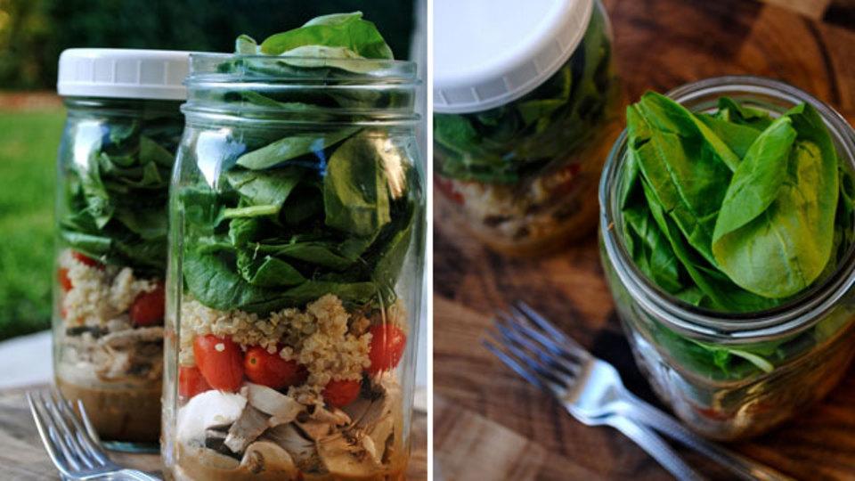 新鮮な野菜が食べられる、ふた付きのビンにサラダを詰めるお弁当ハック