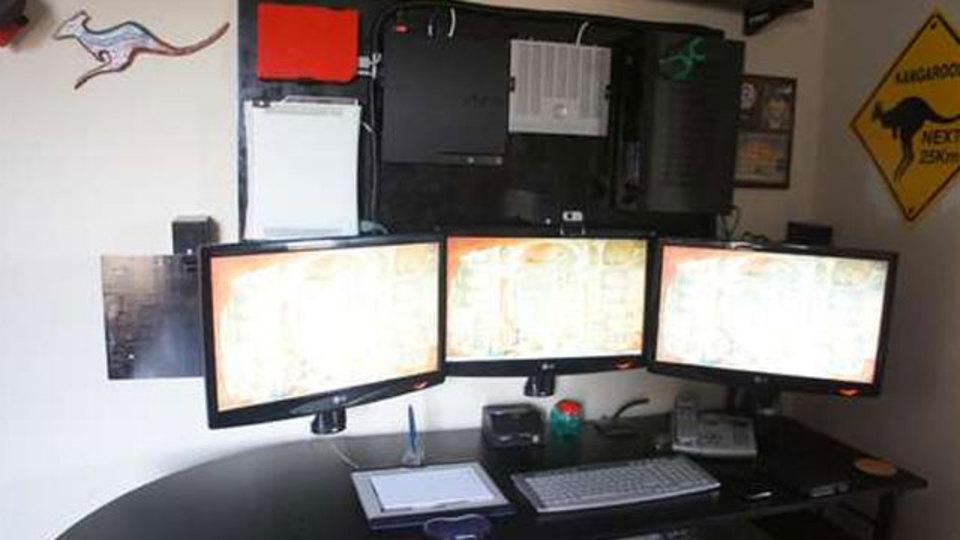 仕事場探訪:ゲーム機も床から浮かせて「壁面収納」してみよう