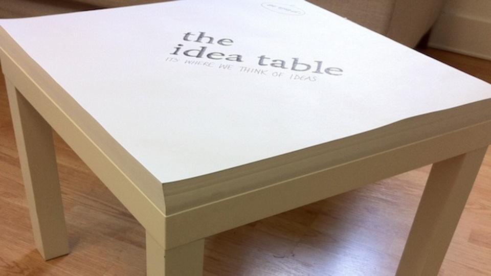 IKEAのテーブルを「メモ帳」化して、リビングミーティングしてみては?