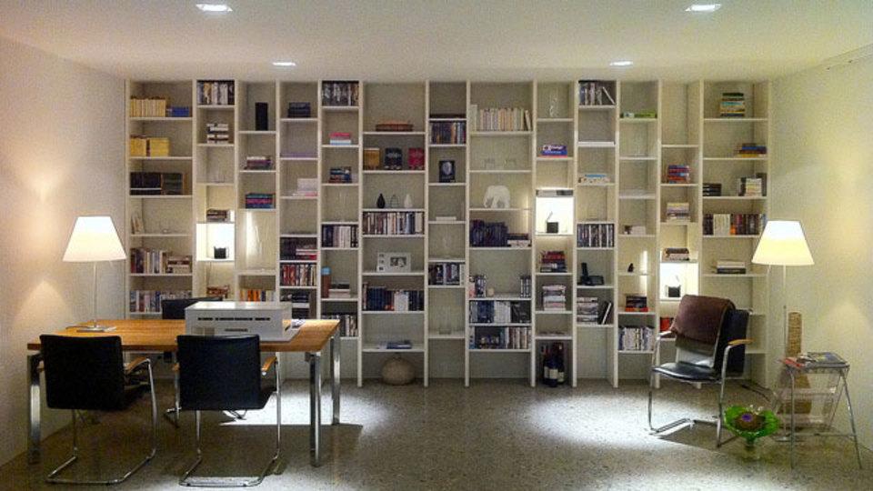 仕事場探訪:壁一面の棚を図書館のようにする、という提案