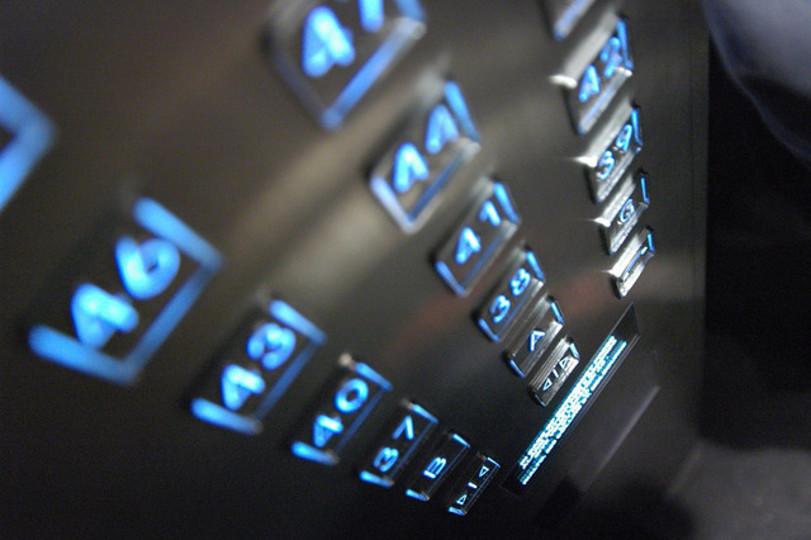 エレベーターで間違えて別の階を押してしまったときのキャンセル方法(メーカー別)