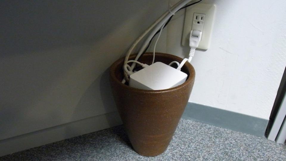 植木鉢にぶちこめば配線がスッキリ!