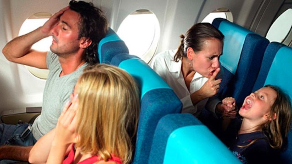 飛行機の中で騒ぐ子どもをおとなしくさせるには、小声でひそひそと話しかけるといい