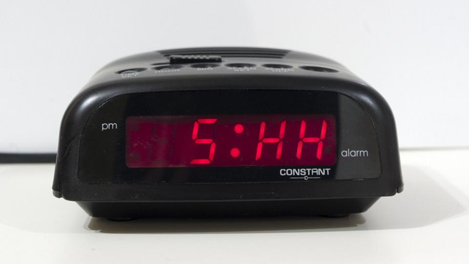 起きてからすばやく活動し始めるために目覚まし時計の「スヌーズ機能」をうまく使う方法