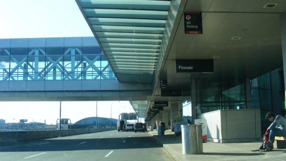 空港での出迎えは「出発口」で待ち合わせすると混雑を避けられる