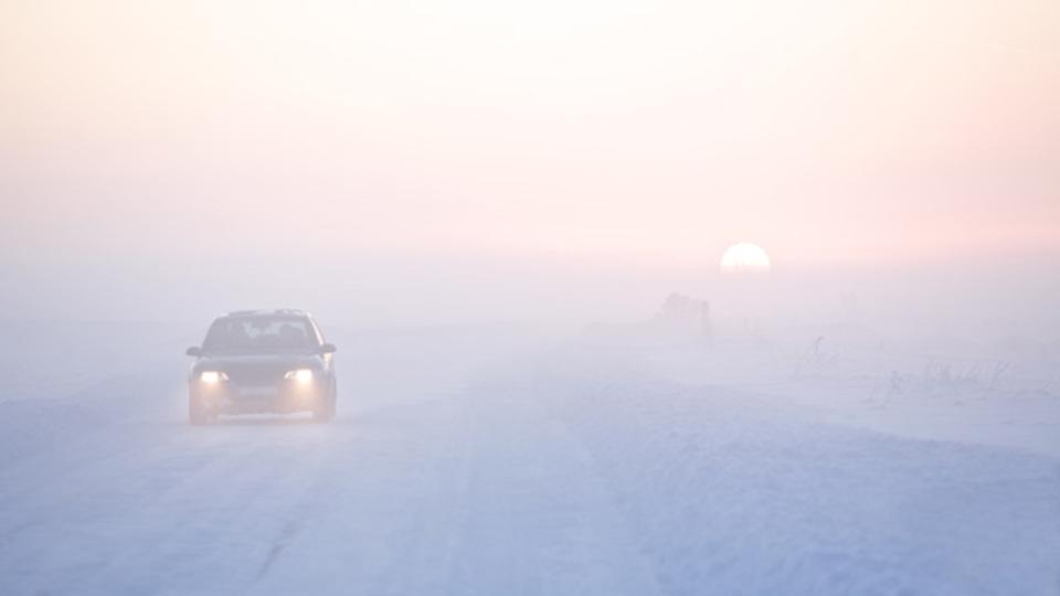 突然の雪にも慌てない、雪道で安全運転するための「すべらない話」