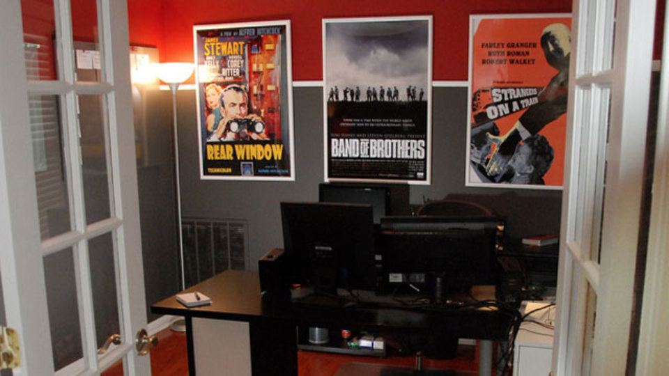 仕事場探訪:赤・灰色・白の部屋に暮らす脚本家の仕事場