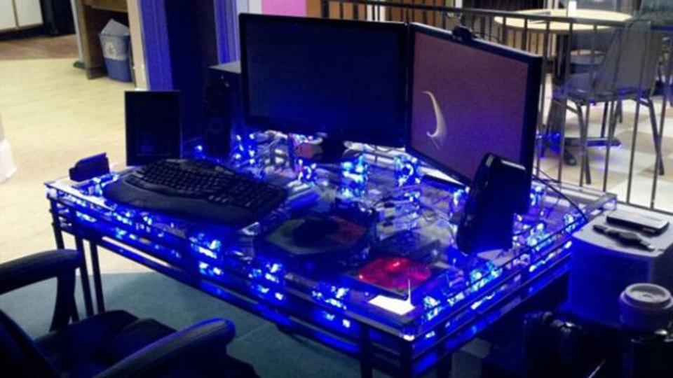 仕事場探訪:PCを一体化したハイテクテーブル