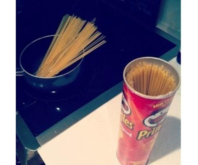 プリングルズの缶はスパゲティ入れにピッタリ!
