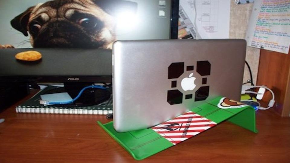 みんな大好きIKEAハック! 縦型のノートパソコンスタンドを500円でDIY