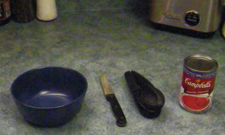 ナイフを使って缶詰のスープをきれいに取り出す秘策