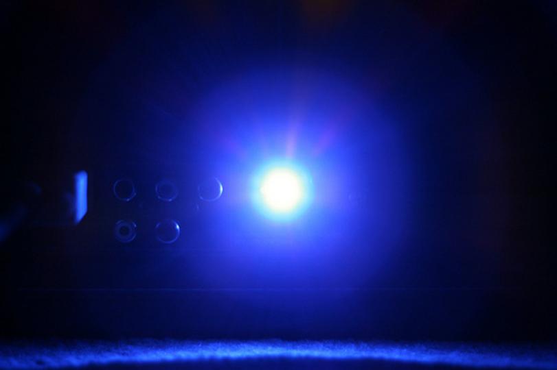 まぶしい家電のLEDランプをやわらげるには「あのシール」を使えばいい