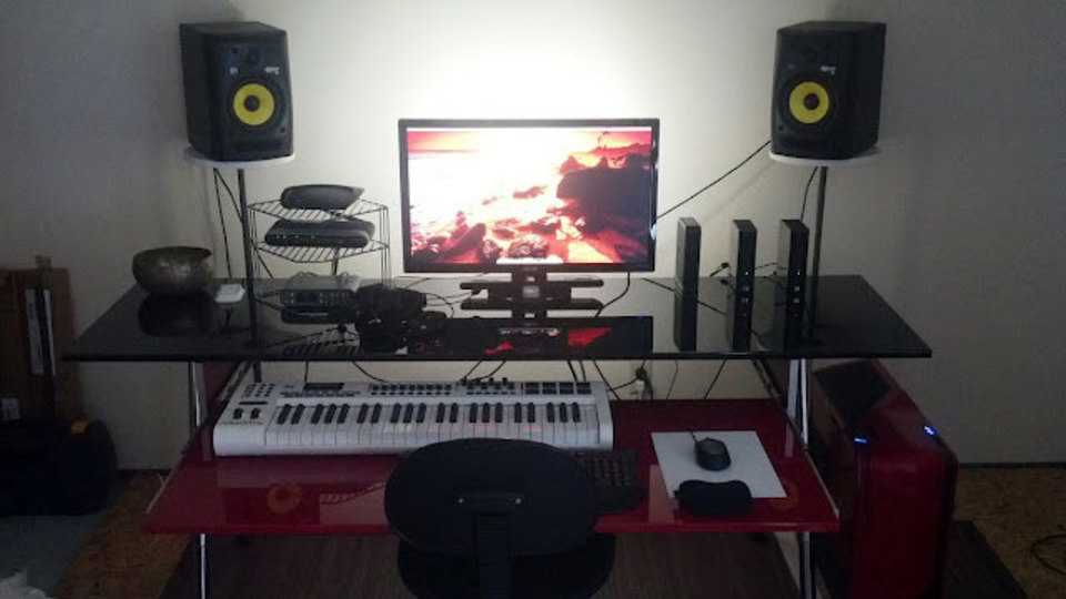 仕事場探訪:PC用と音楽用のキーボード2台が余裕で置ける「光沢のある」デスク