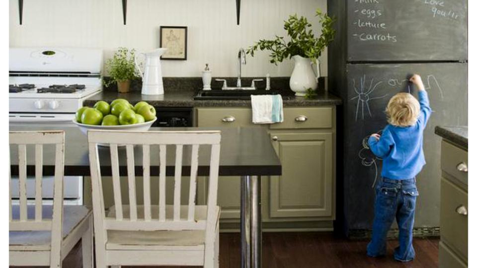 「家具を黒板化」すれば、部屋中どこでもブレストできる