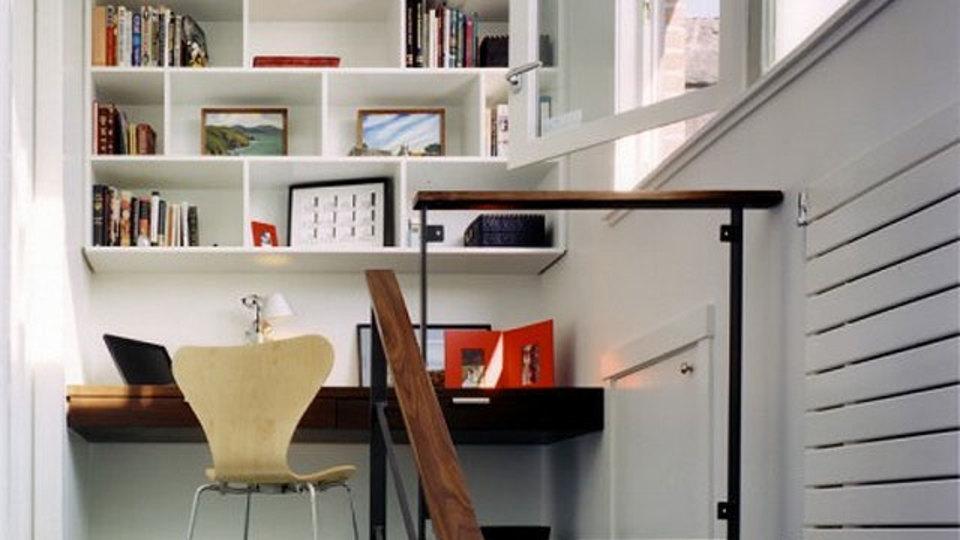 階段上のちょっとしたスペースを仕事場に有効活用(仕事場探訪)