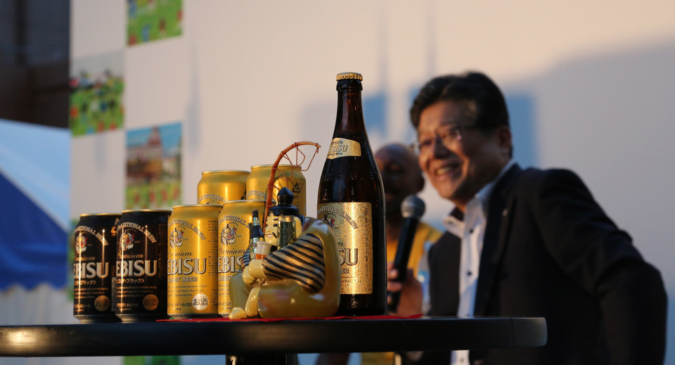 美味しい瓶ビールを飲むには「グラスは立てて注ぐこと」