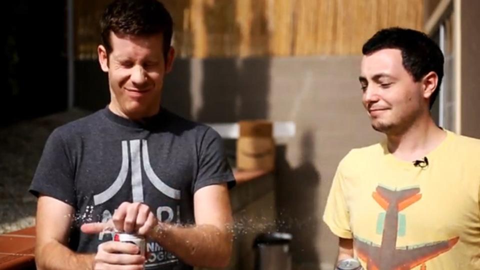 炭酸飲料の缶に「あること」をすれば中身が噴き出さないというウワサを検証