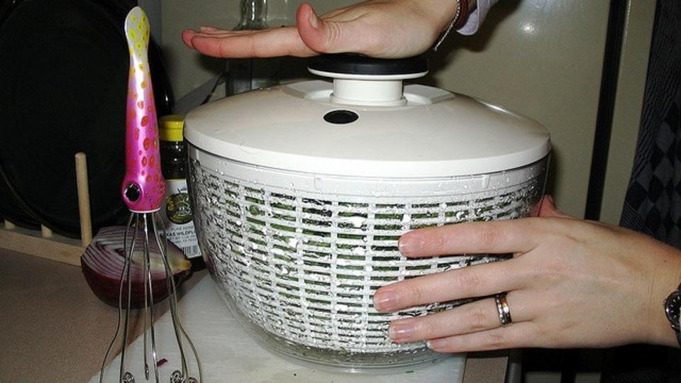 野菜の水切り器は、デリケートなものを洗う手動洗濯機としても使えるらしい