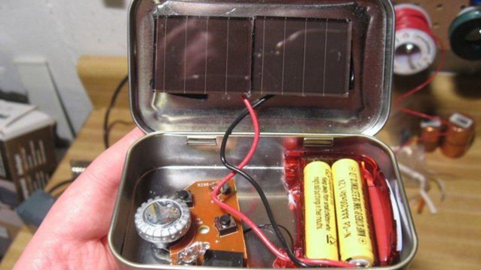 緊急時に役立つソーラーラジオをキャンディーの空き缶でDIY