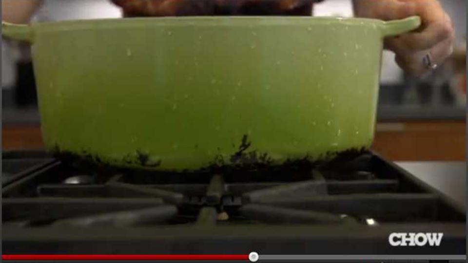 「液体の洗濯洗剤」でスッキリ! ホウロウ鍋のガンコ汚れを落とす方法