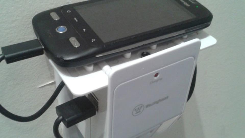 旅行に最適! 充電器とWi-Fiルーターを合体させるDIY