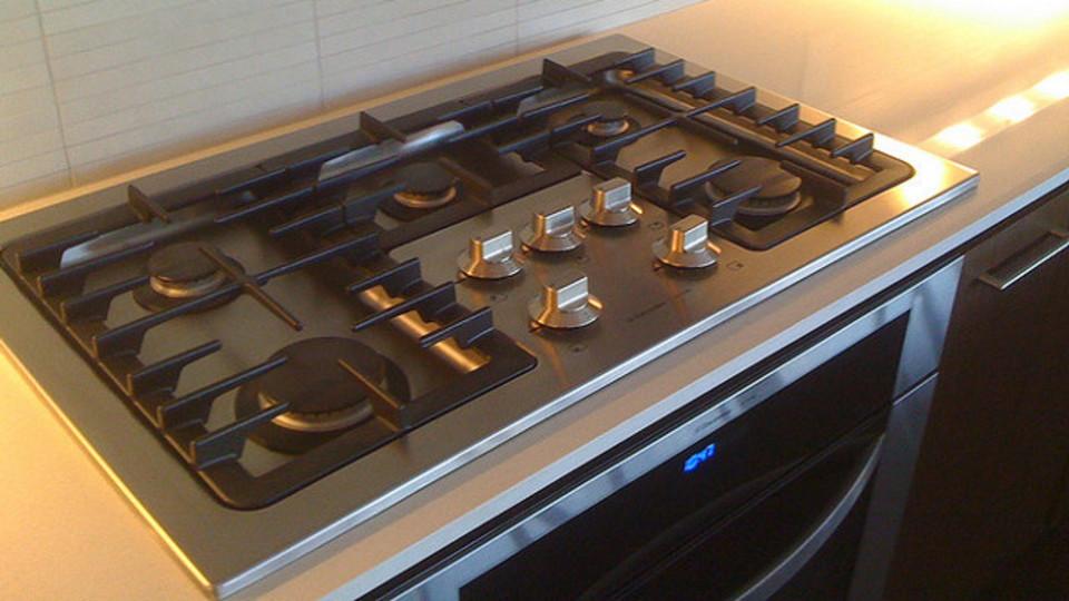 キッチン周りの油汚れは「ミネラルオイル」で拭き取るとよりキレイに