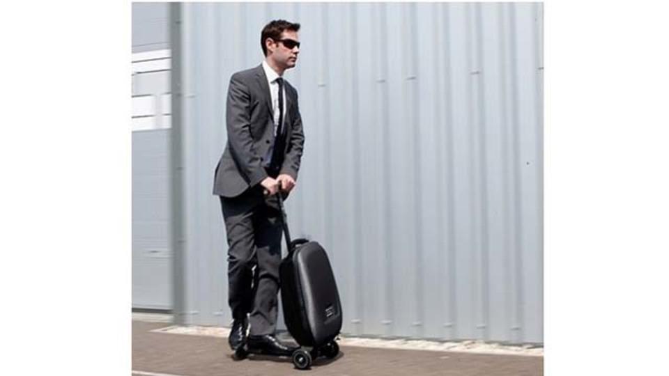 荷物も自分もスイスイ移動! 乗れるスーツケース「マイクロラゲッジ」