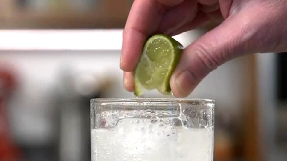 レモンやライムは切り込みを入れるだけでしぼり汁が飛び散らない