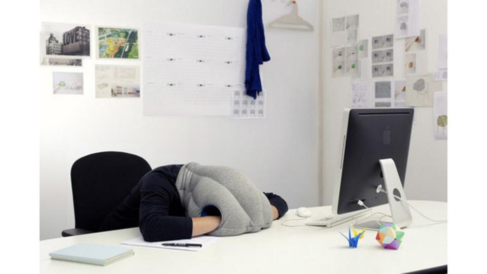 デスクで仮眠を取るときのための「頭からかぶる」クッション