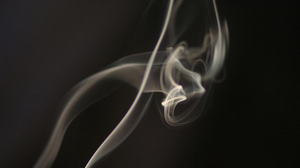 嫌煙家も愛煙家も必見。服についたニオイを手っ取り早くやわらげる方法