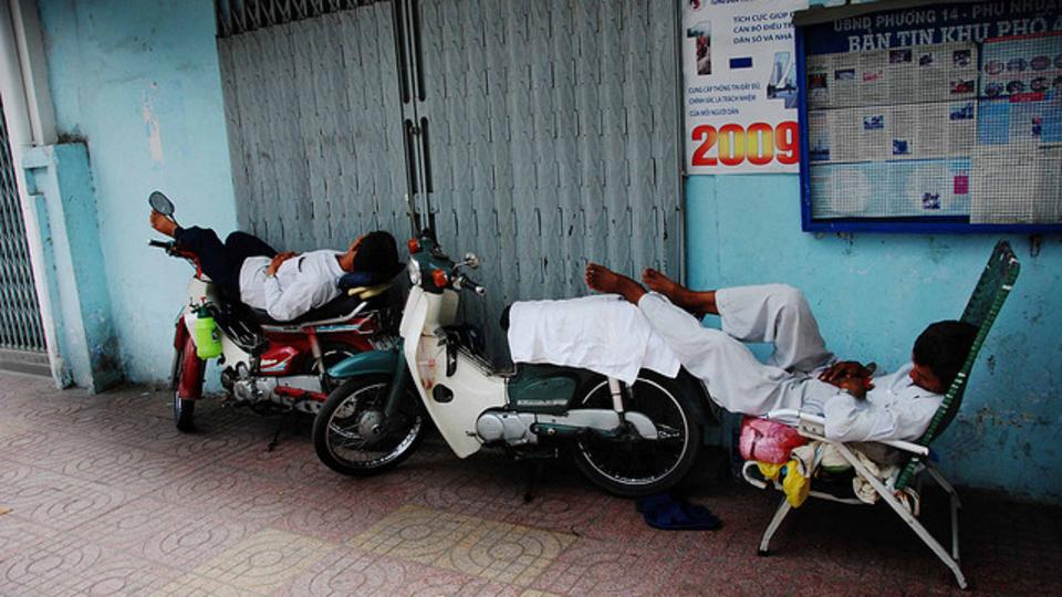 着座中の仮眠をより快適にする便利グッズ「UpRight Sleeper」