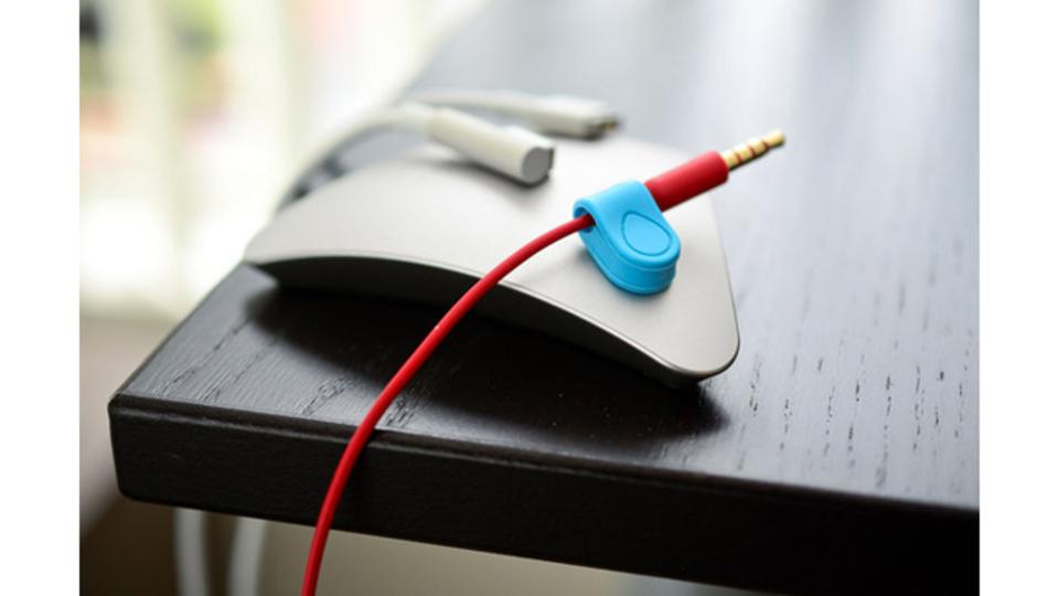 磁石の力でデスク上のPCケーブルをしっかり固定してくれる「MOS」