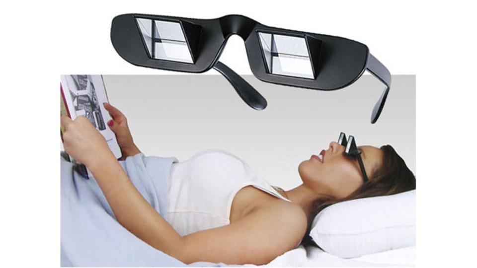 仰向けに寝たまま快適に読書ができるメガネ「Prism Glasses」