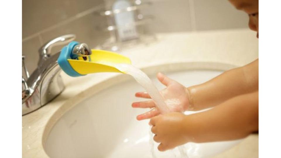 蛇口にあと少しで手が届く子どもの手洗いに「Aqueduck」