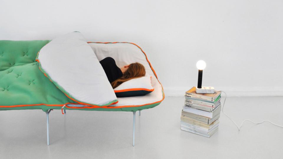 省スペースで機能的な寝袋ソファ「CAMP DAYBED」
